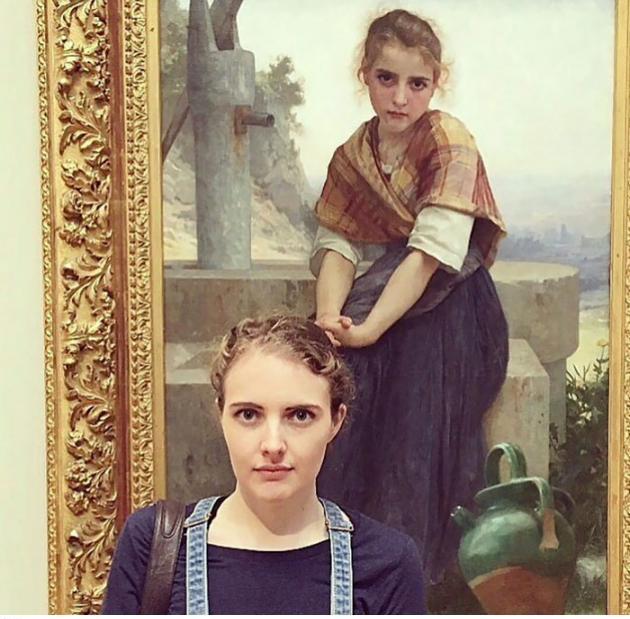 미술관에 간 소녀