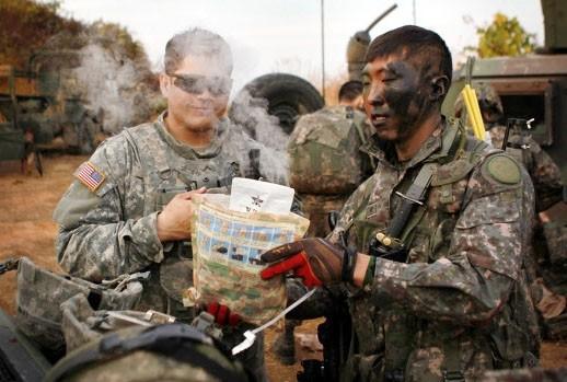 미군에게 국군 전투 식량 설명